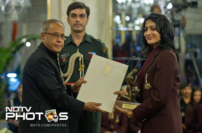 Indian badminton player Ashwani Ponnappa receives the Arjuna Award 2012 from Indian President Pranab Mukherjee at a function at The Presidential Palace in New Delhi. (AFP Photo)