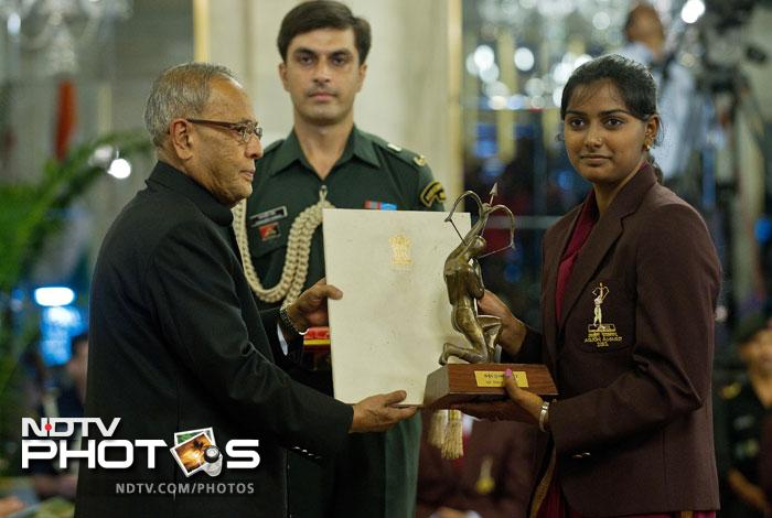 Indian archery player Deepika Kumari receives the Arjuna Award 2012 from Indian President Pranab Mukherjee at a function at The Presidential Palace in New Delhi. (AFP Photo)