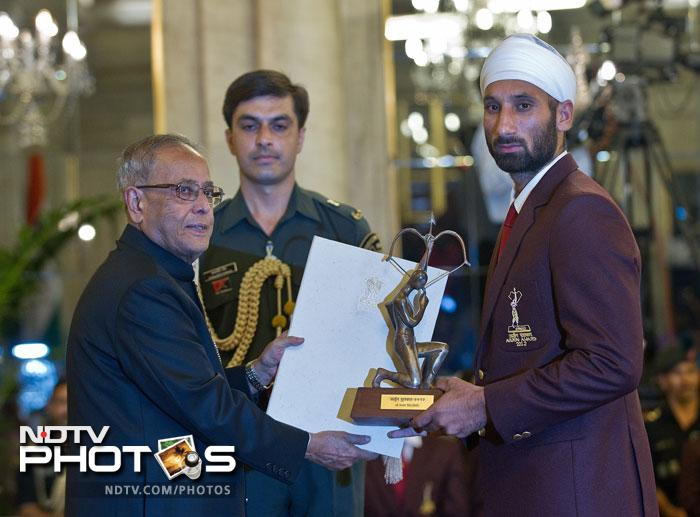 Indian hockey player Sardar Singh receives the Arjuna Award 2012 from Indian President Pranab Mukherjee at a function at The Presidential Palace in New Delhi. (AFP Photo)
