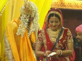 बिग बॉस 10: मोनालीसा ने बॉयफ्रेंड विक्रांत सिंह से रचाई शादी, शामिल हुए भोजपुरी सितारे