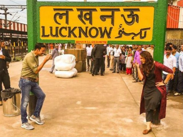 Akshay Tweets Pic of His 'Jolly Good Time' at Lucknow Station