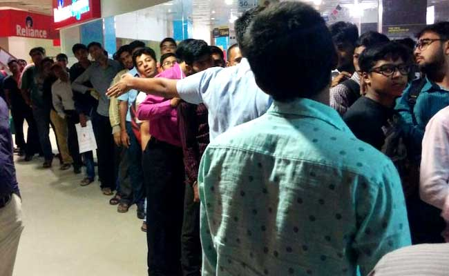 Why Thousands of Indians Are Queuing Up for a SIM Card