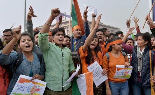 JNU छात्र संघ अध्यक्ष कन्हैया गिरफ्तार, कैंपस में पुलिस की मौजूदगी के विरोध में प्रोफेसर