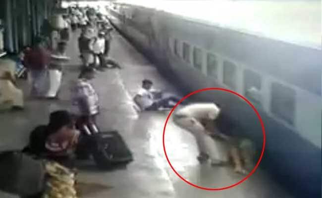 Akshay Kumar Tweets Video Of Cop Saving Woman Who Fell Off Moving Train
