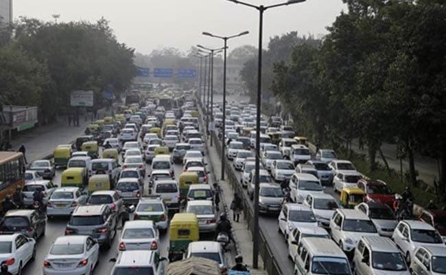दिल्ली में फिर ऑड-ईवन पर फैसला आज, स्कूल बसें नहीं होंगी शामिल, महिलाओं से छिन सकती है छूट