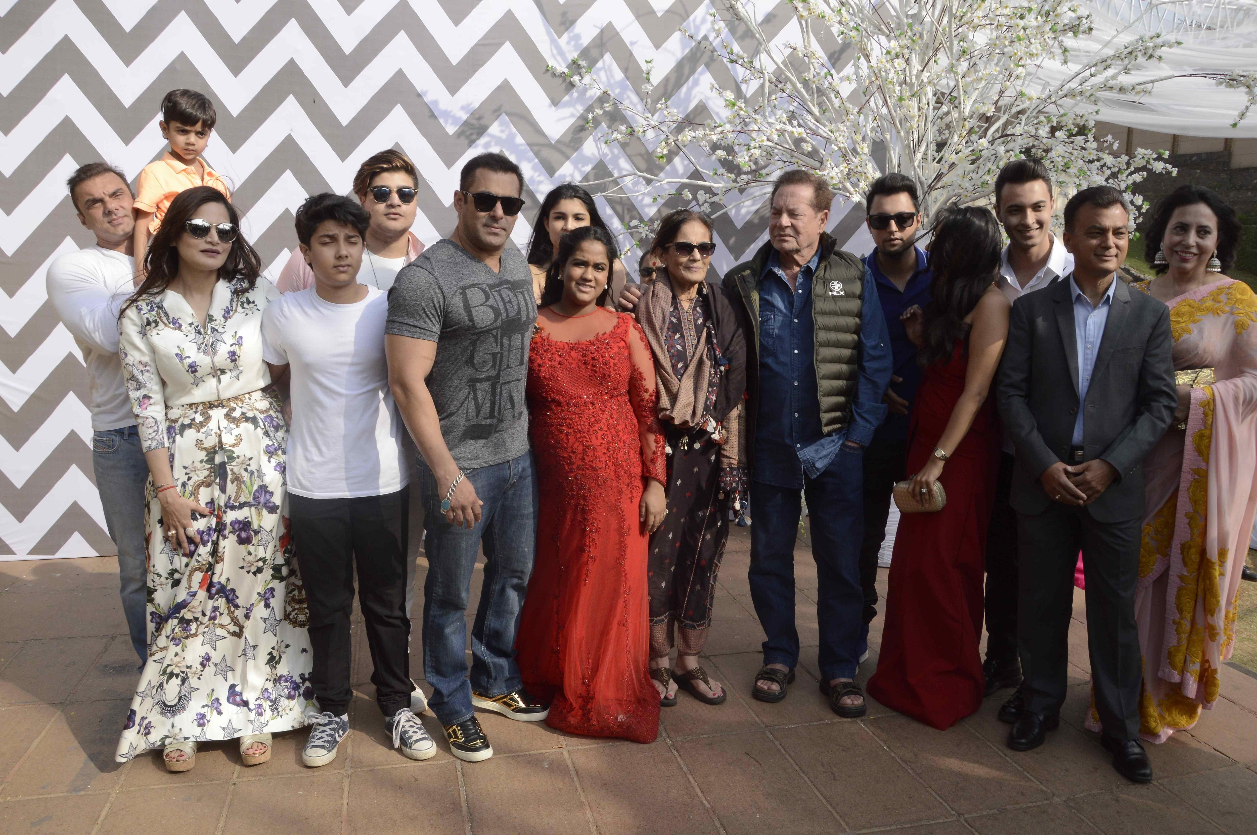 Salman Khan Sangeeta Bijlani Walk Into Arpita s Baby Shower