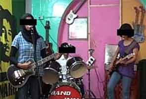 Kashmiri Girls Band Ke Paksh Mein Utheen Kai Aavaajein