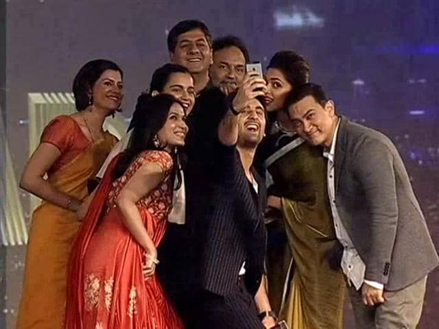 Video : An epic celeb selfie at the Indian Of The Year Awards