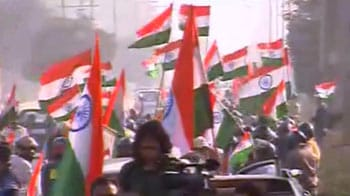 Video : Anna supporters take out car rally in Delhi