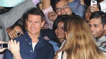 Tom Cruise cheered by paid fans?