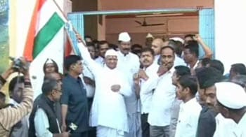 Video : Anna heads to Delhi, countdown to fast begins