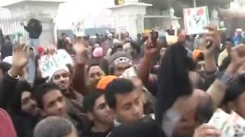 Video : PM shown black flags by Anna supporters in Amritsar