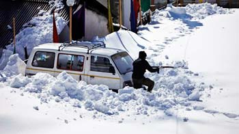 Video : Kashmir - buried in snow, waits for food