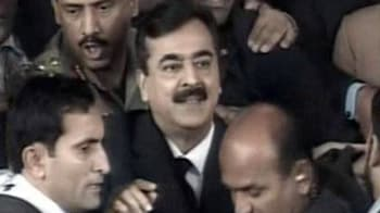 Video : Pak PM Gilani appears in Supreme Court; case adjourned till Feb 1