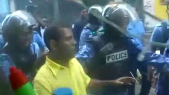 Video : Ex-President Nasheed taken away by Army
