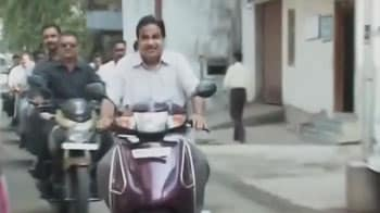 Video : Maharashtra civic polls: Gadkari rides a scooter