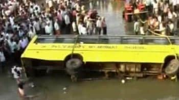 Video : 14 children killed as school bus falls into canal