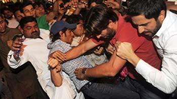 Video : Shahid Afridi beats up fan at Karachi Airport