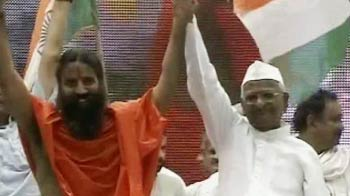 Video : Baba Ramdev takes on govt as he sits on fast with Anna