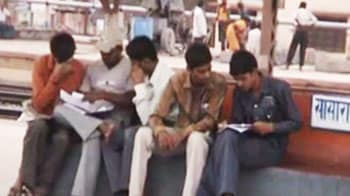 Video : In Nitish's Bihar, students have to study at a railway station