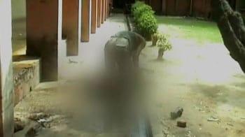 Video : मेरठ : खुले में सफाईकर्मी ने किया पोस्टमार्टम