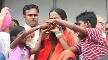 Video : Baba Ramdev ends fast with juice