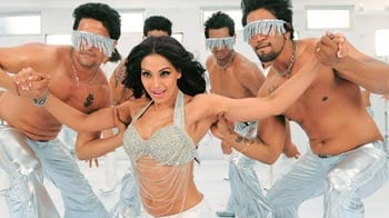 Video : New song: Bipasha sizzles in <i>Kya Raaz Hai</i>
