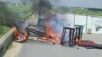 Video : Villagers clash with cops in Noida, 3 injured