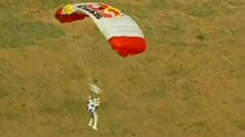Video : Skydiver free falls, breaks the sound barrier