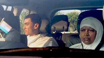 Video : Aamir Khan leaves for <i>Haj</i> with mother