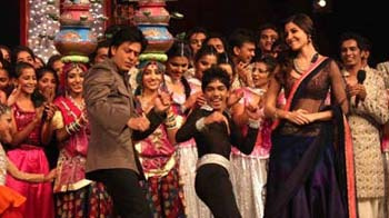 Video : Old time's sake: SRK, Malaika dance on Chaiyya Chaiyya