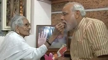 Video : Narendra Modi meets his mother, says he wants her blessing