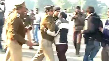 Video : Huge crowd at India Gate as gang-rape victim fights for life