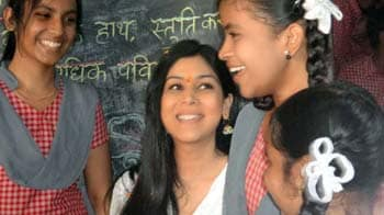 Video : TV Actress Sakshi Tanwar visits school for SMS campaign