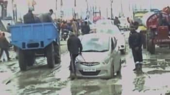 Video : बारिश के कारण कुंभ में लोग परेशान
