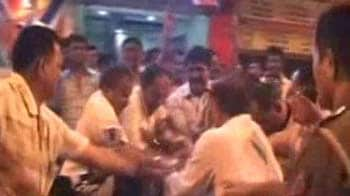 Video : After clashes with Pawar's workers, Raj Thackeray's men make public threats