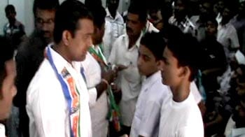 Video : Raj Thackeray's men attack North Indian parents seeking school admission