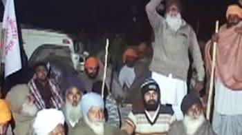 Video : पंजाब : किसानों द्वारा बंधक बनाए गए एएसआई की मौत