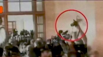 Video : सिंध कोर्ट के बाहर मुशर्रफ पर फेंका गया जूता