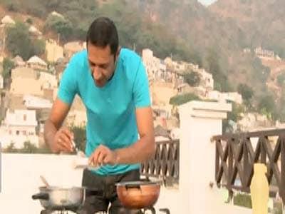 Video : Aditya prepares Andhra style Chicken Curry