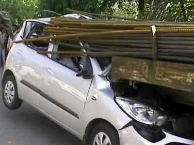 Video : नोएडा में सरियों से लदे ट्रक से टकराई कार, एक की मौत