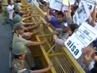 Video : Delhi rape: Anger spreads, protests near PM's residence, India Gate