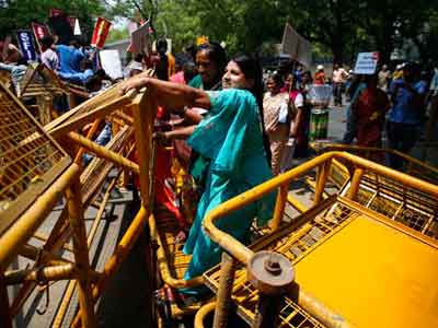Video : Delhi child rape case: protestors try to storm barricades to reach parliament