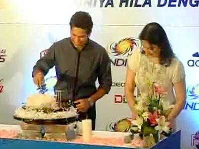 Video : Sachin Tendulkar, 40, cuts cake with wife Anjali