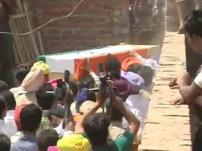 Video : Thousands gather for Sarabjit's last journey