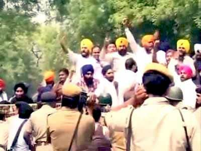 Video : Protesters march towards PM's residence against Sajjan Kumar's acquittal