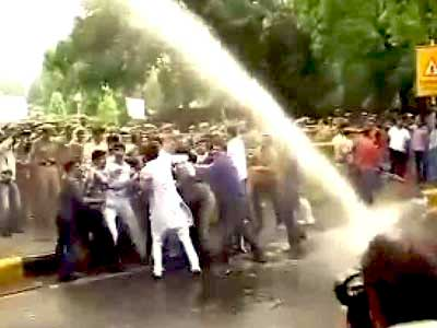 Video : Cops use water cannons on protesters outside Railways Minister's house