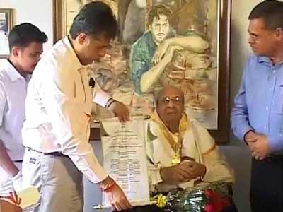 Pran receives Dadasaheb Phalke award at home