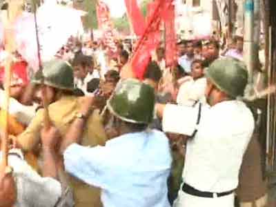 Video : Chit-fund scam: Cops lathicharge protesters in Kolkata