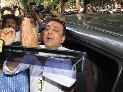 Video : Sanjay Dutt taken back to jail to complete 5-year sentence